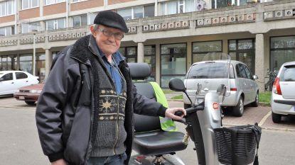 """""""Waar moet ik naartoe met mijn scooter?"""": Leopold (63) klaagt gebrek aan oplaadpunten aan"""
