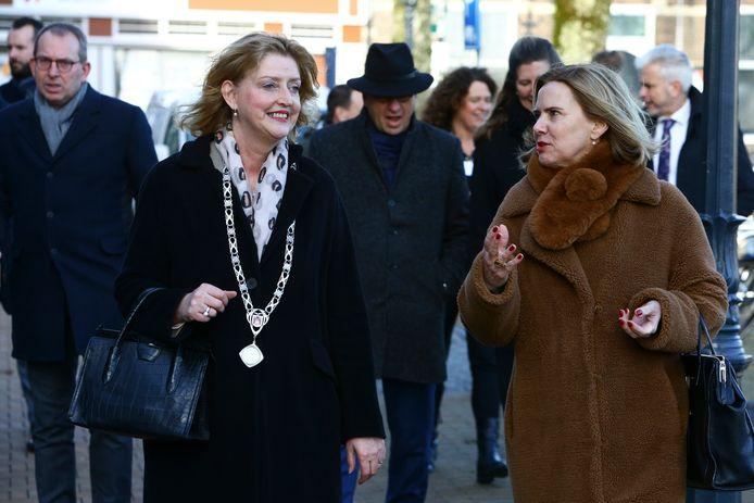 Minister Cora van Nieuwenhuizen (rechts) in gesprek met burgemeester Reinie Melissant van Gorinchem.