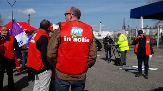 Medewerkers van Shell Moerdijk legden het werk vrijdagmiddag enkele uren neer om de eis voor meer loon kracht bij te zetten.