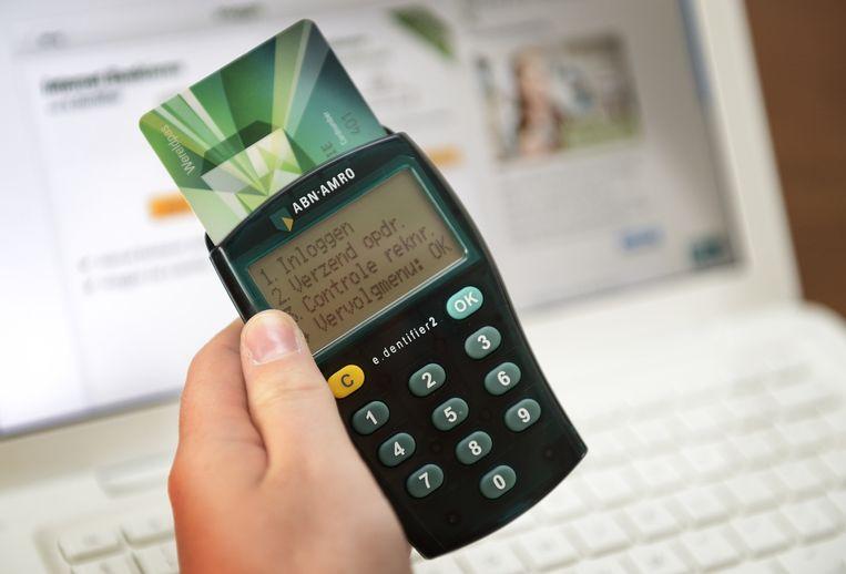 Een code-apparaat van ABN Amro, de E.dentifier. Volgens de Consumentenbond, net als vergelijkbare apparaten van Rabobank of SNS Bank, veiliger dan de sms-codes die marktleider ING verstuurt. Beeld anp