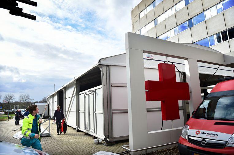 Voor Maastricht UMC wordt een grote tent opgebouwd in verband met het coronavirus. In die tent kunnen mensen met luchtwegklachten een CT-scan krijgen. Beeld Marcel van den Bergh / de Volkskrant