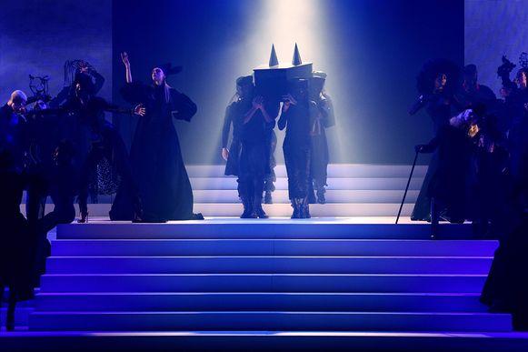 In het begin van de show werd een doodskist het podium opgedragen.