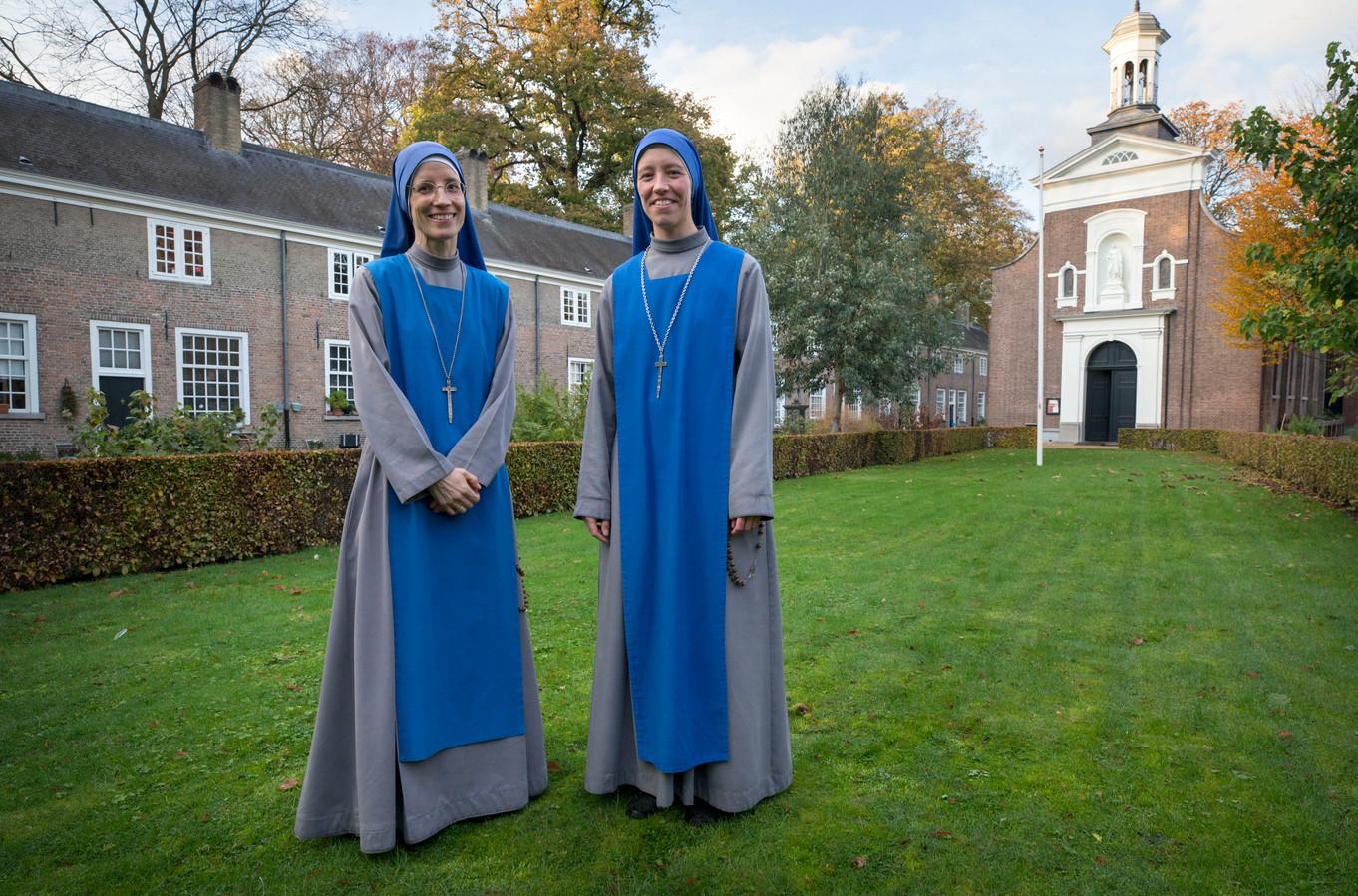 Zuster Maria Koningin van de Vrede (links) en zuster Maria van Jesse (r) van de congregatie Dienaressen van de Heer en de Maagd van Matará wonen sinds kort in het begijnenhofje in Breda.