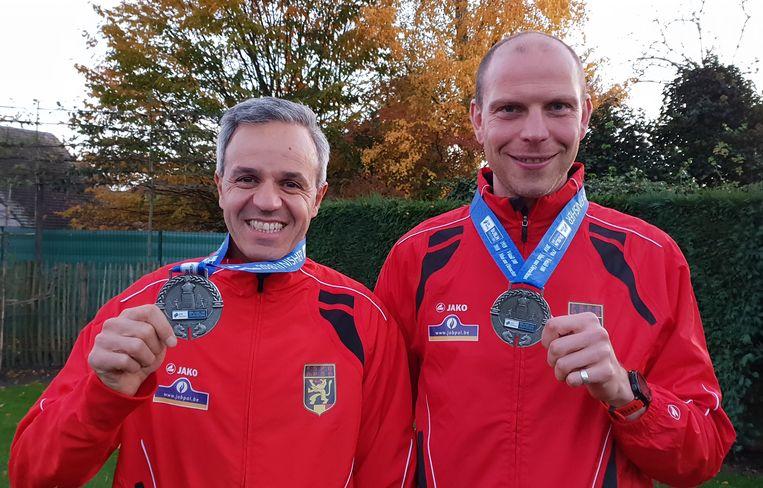 Ben Benhaddou (links) en Nick Smans behaalde een medaille op het EK Marathon in Dublin.