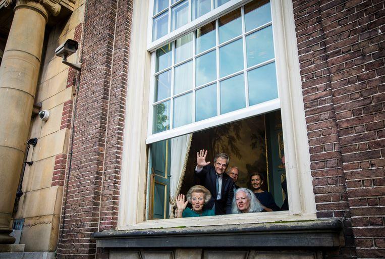 Kijken naar koning Willem-Alexander en prinses Máxima die voorbijrijden in de Glazen Koets tijdens Prinsjesdag 2017. Beeld ANP