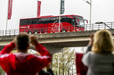 De spelersbus van Ajax komt aan bij de Johan Cruijff Arena.