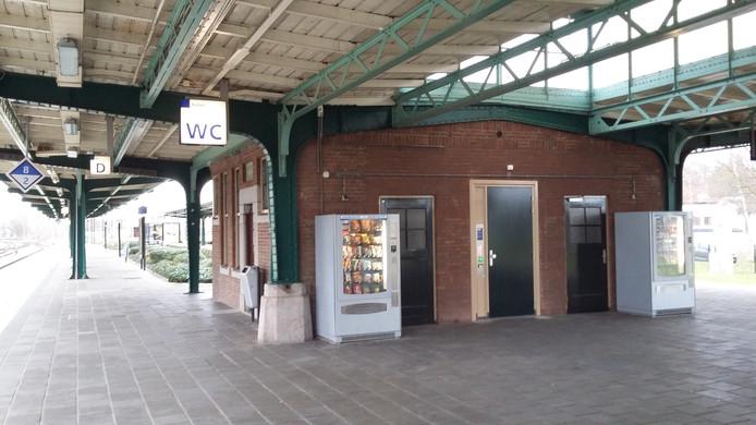 De enige wc op station Deventer. Vind 'm maar eens aan het eind van het perron.