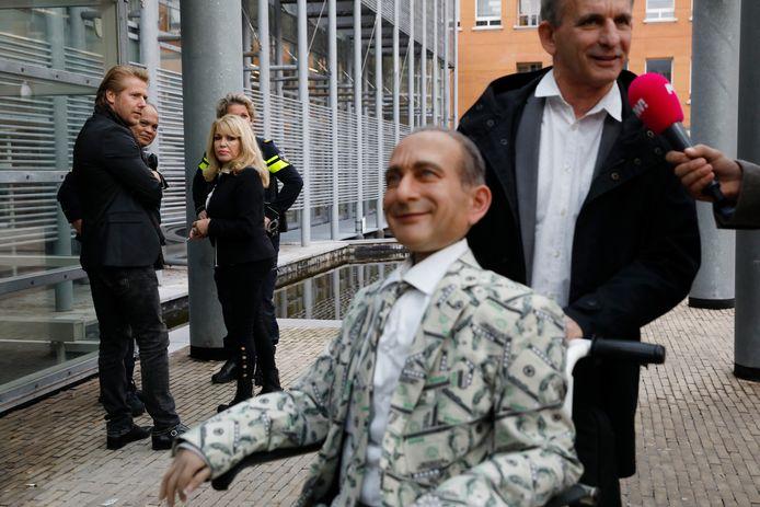 Johan Vlemmix verscheen onlangs bij de rechtbank met een pop van zichzelf. Patricia Paay en haar man keken toe.