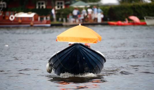 Ter verkoeling met een bootje het water op bij Earnewald.