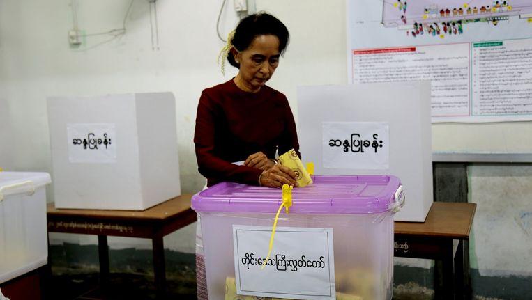 Aung San Suu Kyi brengt haar stem uit. Beeld reuters