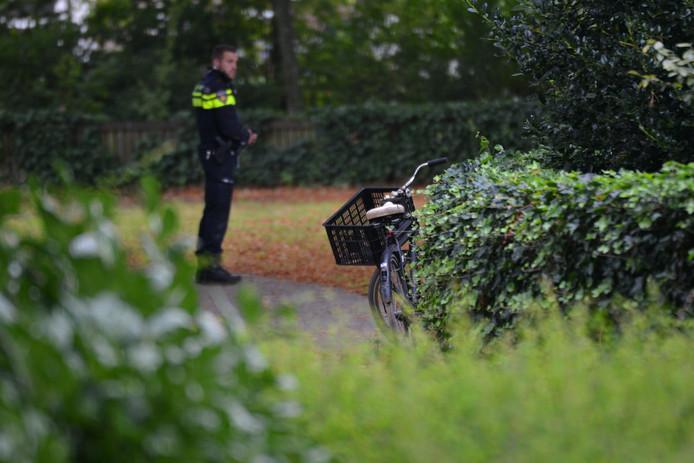 Een agent bij de vrouwenfiets die in het park op slot stond.