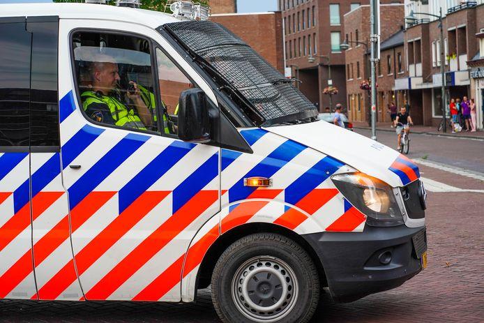 De politie surveilleert in Helmond.