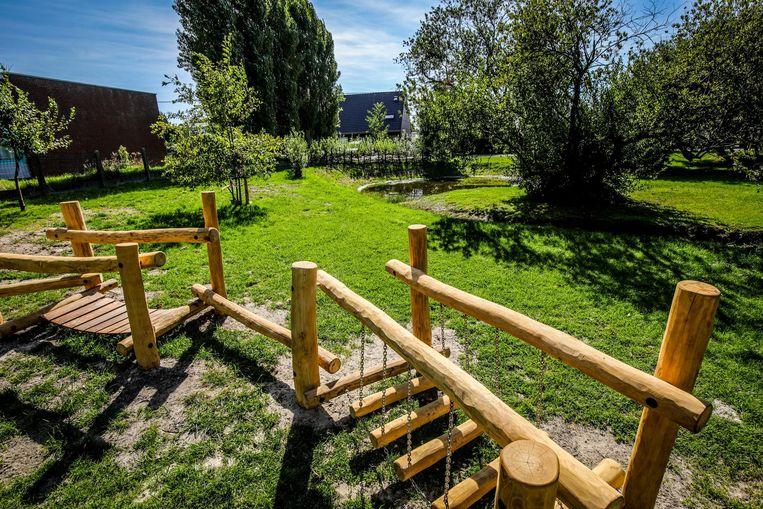 Het recreatiedomein met vijver en natuurlijke speelelementen.