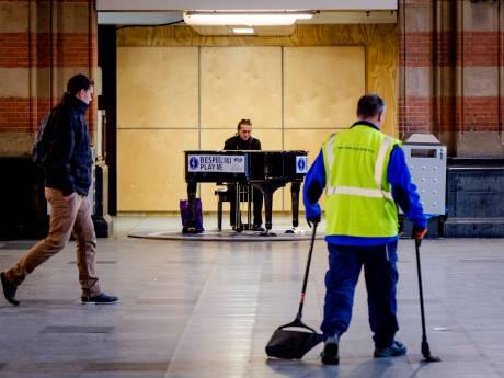 Na vier jaar weer een piano op station Delft