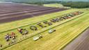 Meer dan honderd boeren protesteerden in een weiland bij Scheerwolde door met tractoren de woorden: '#DoesNormaal!!!' te schrijven.