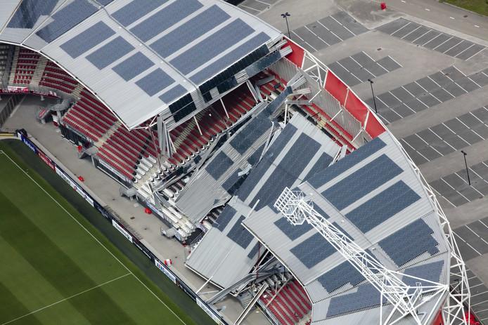 Een luchtfoto van de schade aan het dak van het AFAS Stadion van AZ.