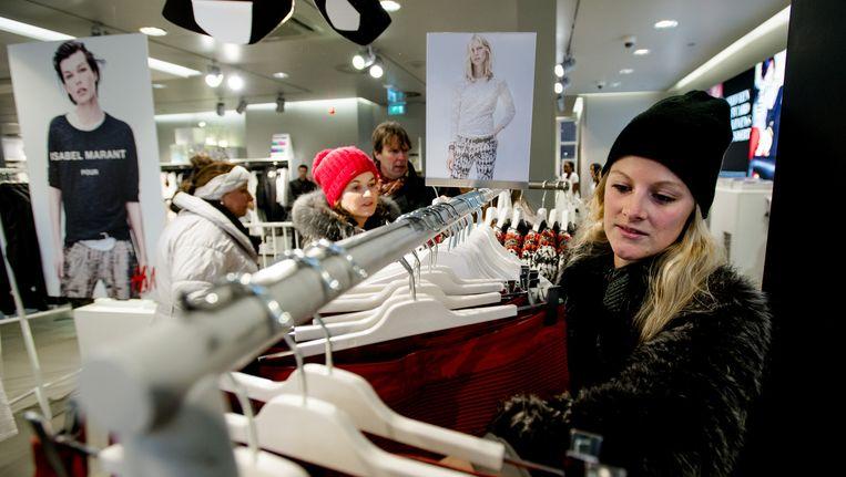 Belangstellenden winkelen in de H&M voor de collectie van de Franse modeontwerpster Isabel Marant. Beeld anp