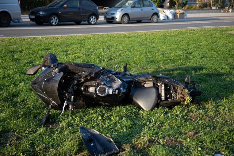 Een motorrijder reed tegen een BMW, terwijl deze laatste net uit zijn parkeerplaats reed.