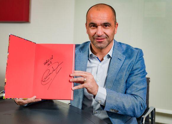 Roberto Martínez  zette zijn handtekening in het boek 'Briljant België'.