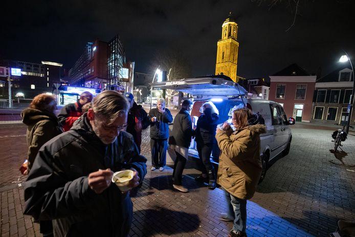 De soepbus was vorig jaar een groot succes, want niet alleen dak- en thuislozen kwamen erop af, maar ook mensen die alleen thuis zaten en wel wat aanspraak konden gebruiken. Hier smikkelen en smullen zij op eerste kerstdag bij het Maagjesbolwerk.