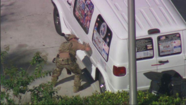 Het busje van de gearresteerde verdachte wordt onderzocht in Plantation, Florida. Beeld REUTERS