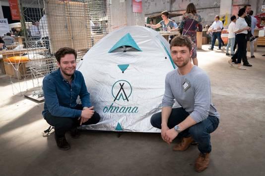Wouter van der Meij (links) en Benny Wessels bij hun anti-hitte tent.