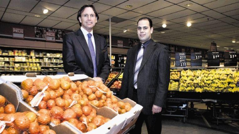"""Supermarktmanager Mohammed Bakayan van AH-filiaal Bos en Lommer en zijn collega Harold Stolwijk van het filiaal Plein 40-45. """"Als ik bel, staat de buurtregisseur binnen vier minuten voor de deur. (Patrick Post) Beeld Patrick Post"""