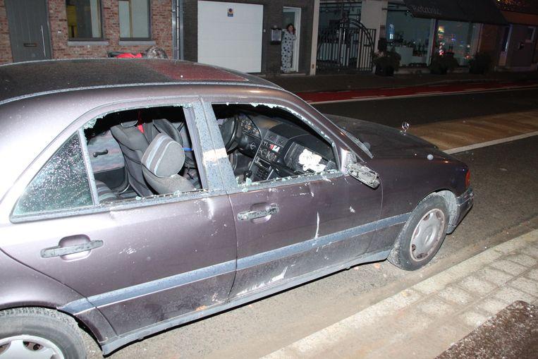 De beschadigde Mercedes.