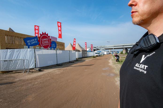 Security en hoge hekken bij evenemententerrein van het Democratiefestival, dat vrijdag en zaterdag wordt gehouden.