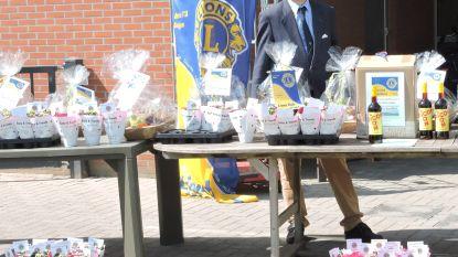 Lionsclub Heuvelland schenkt bewoners en zorgverleners rusthuis Sint-Medard fruitmanden en picon
