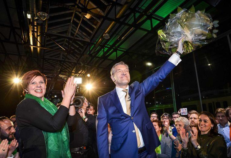 Buma neemt bloemen in ontvangst na de positieve verkiezingsuitslag voor het CDA. Beeld anp