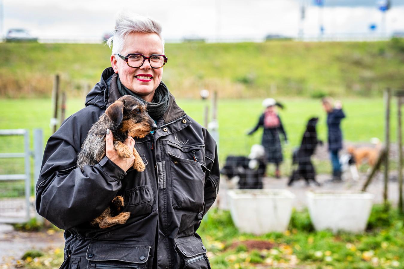 Claudia Morgenrood voor de twee leeggehaalde plantenbakken bij hondenspeelpark Steekterpoort
