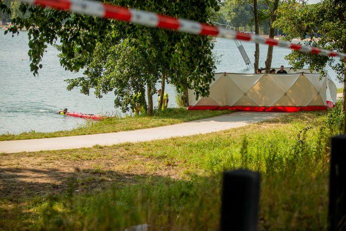 Hulpdiensten zoeken naar een stoffelijk overschot in recreatieplas Berendonck.
