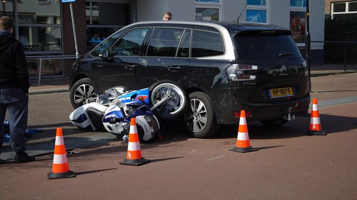 De auto en motor raakten flink beschadigd bij de aanrijding.