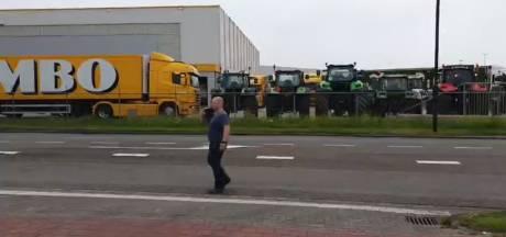 Boeren voeren onaangekondigd actie bij hoofdkantoor Jumbo in Veghel