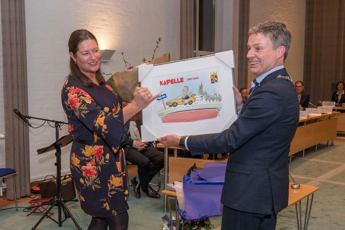 Burgemeester Huub Hieltjes (hier op de foto met zijn partner) vertrekt naar Duiven. Bij zijn afscheid kreeg hij onder meer deze cartoon.