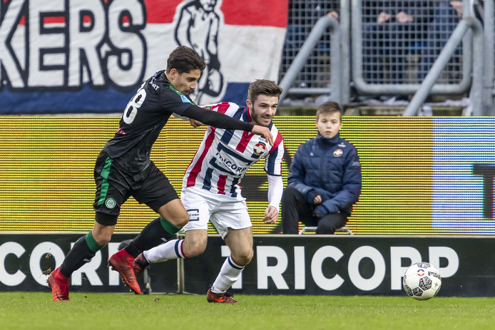 Daniel Crowley (rechts) in actie tegen FC Groningen.