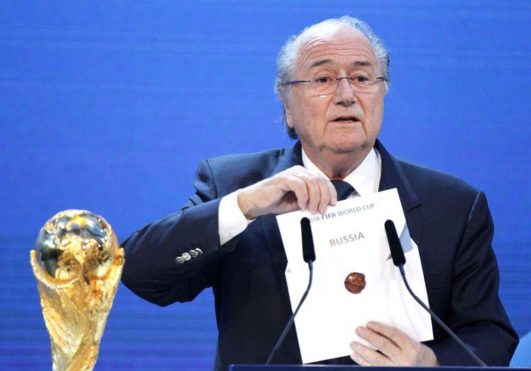 Op deze foto uit 2010 onthuld Sepp Blatter dat het WK van 2018 in Rusland gehouden zal worden. Het WK van 2022 ging naar Qatar. Beeld ap