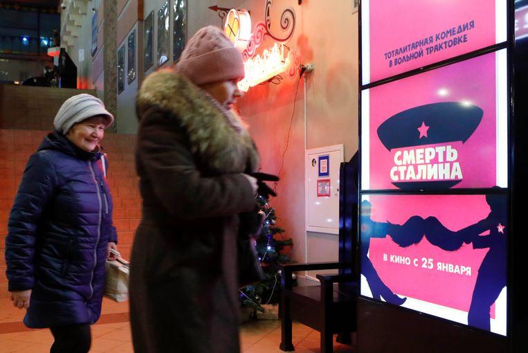 Posters van de film 'Death of Stalin' bij een bioscoop in Moskou. De film zou morgen in première gaan, maar is nu verboden. Beeld REUTERS