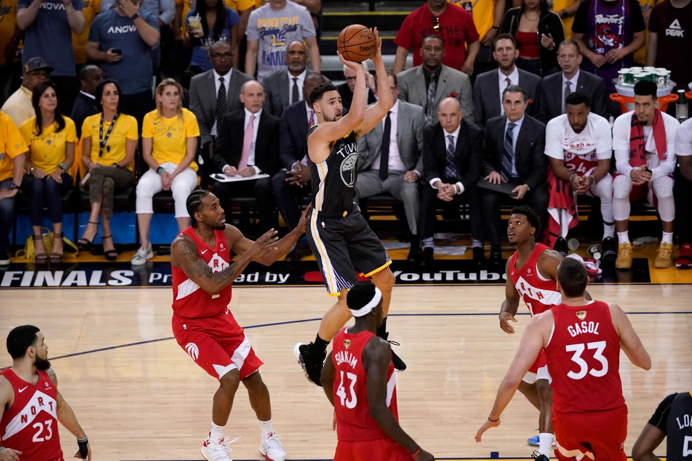 Guard Klay Thompson (springend) van Golden State Warriors viel tijdens het duel uit met een knieblessure.