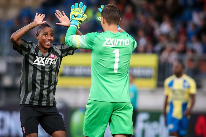 Nhlakanipho Ntuli (links) en doelman Filip Bednarek vieren het eerste doelpunt van Jong FC Twente bij RKC.