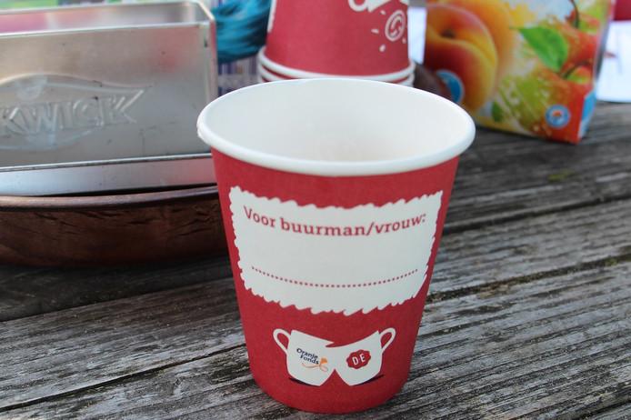 Koffiebekertjes van sponsor Douwe Egberts / Oranjefonds voor Burendag.
