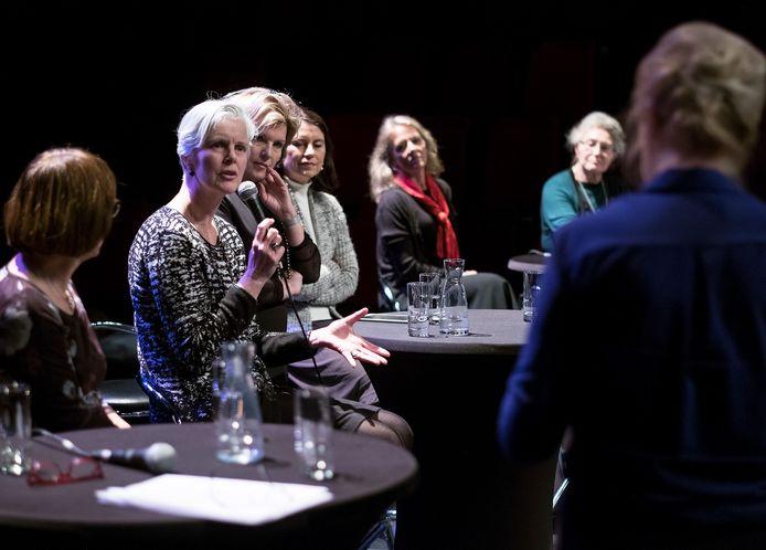 Burgemeester Annemieke Traag van Doetinchem aan het woord tijdens de politieke avond in Amphion.