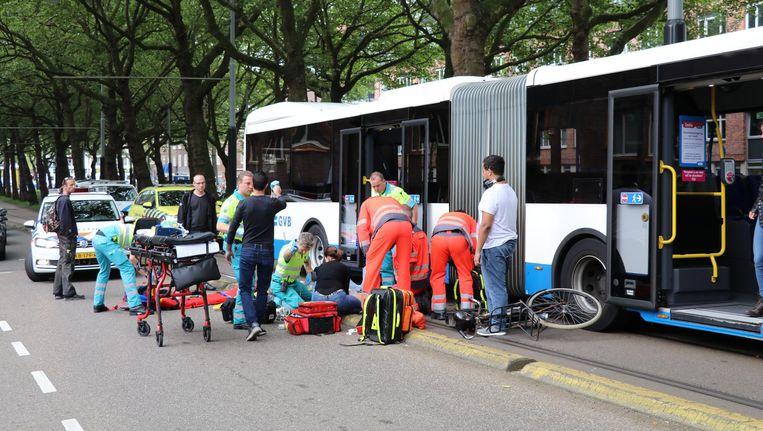 Een fietser is zwaargewond geraakt na aanrijding met een GVB-bus Beeld -