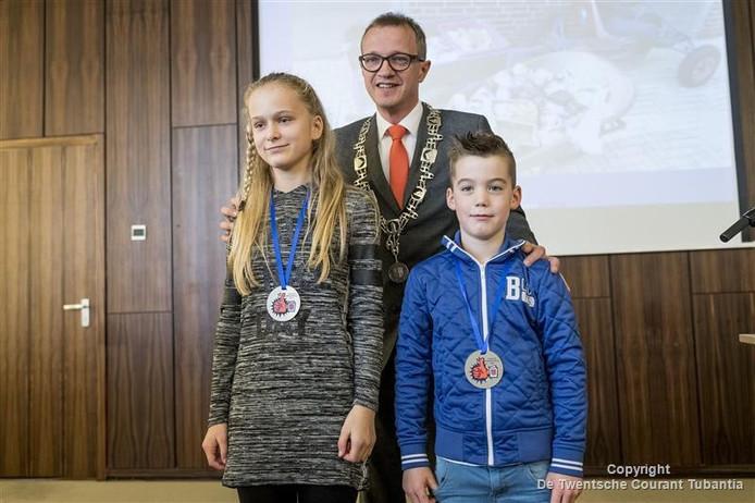 Jo-An Oude Bekke en Sam Mollink met burgemeester Sijbom