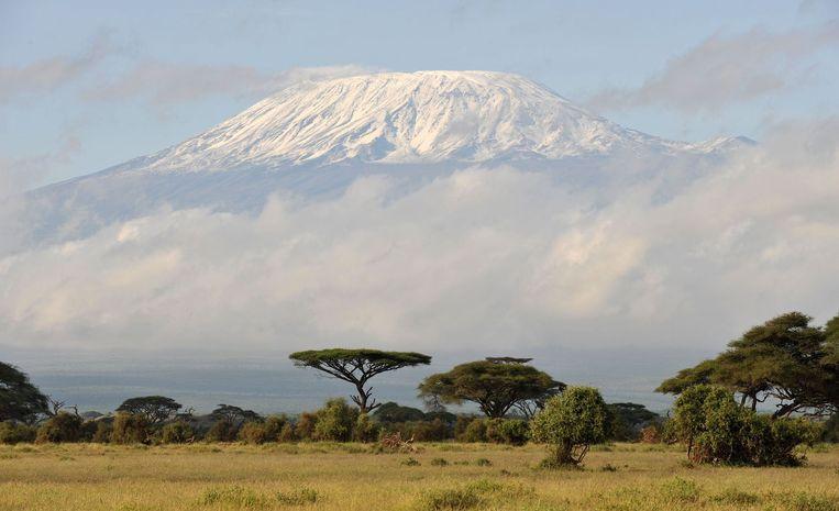 De met sneeuw bedekte Kilimanjaro in Tanzania.