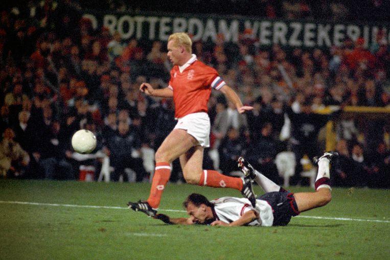 Koeman behoedt het Nederlands elftal tegen Engeland voor uitschakeling voor het WK van 1994. Beeld BSR Agency