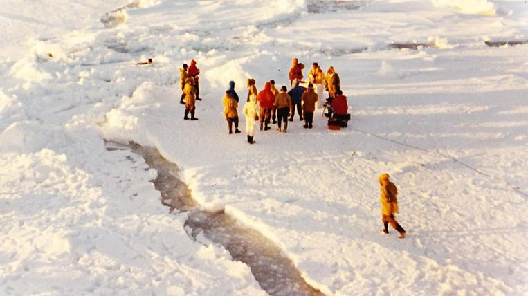 In 1959 zat het schip, op weg naar de basis, zeven weken vast. Op het ijs werd met Kerstmis een avondmis gehouden.