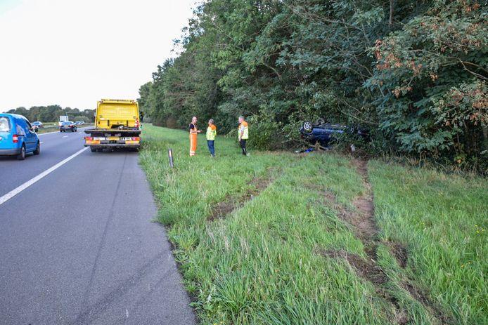 Een auto is opde A326 bij Wijchen over de kop geslagen en in de bossages langs de snelweg beland.