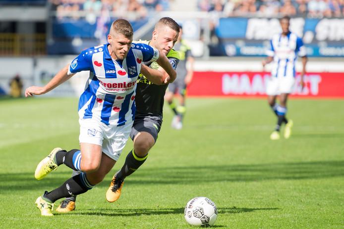 Bart Ramselaar probeert uitblinker Stijn Schaars van de bal te zetten.